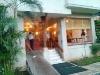 Eingang zur Klinik und zum offenen Restaurant